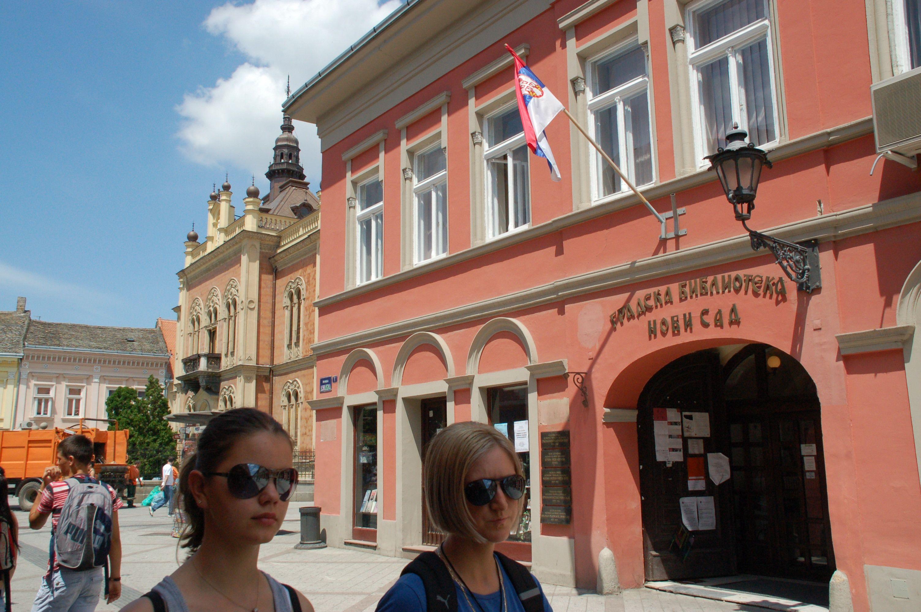 Zwei junge Frauen vor der Stadtbibliothek von Novi Sad